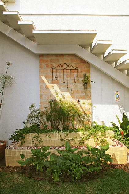 jardim sob escada interna