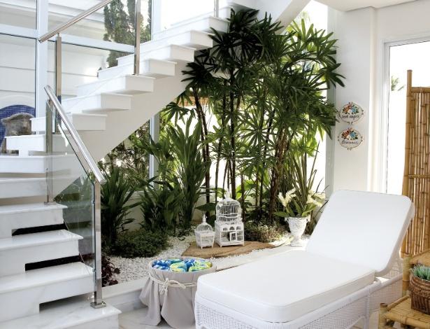 Sob o vão da escada, o arquiteto Rogério Perez compôs um espaço zen, com destaque ao jardim de inverno