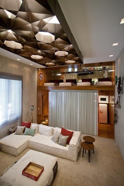 O Hostel Boutique, criado por Patrícia Fiúza, possui um mezanino - com acesso por uma escada de marinheiro - que abriga o quarto, com quatro colchões espalhados num grande tatame. A Casa Cor RJ vai de 03 de outubro a 19 de novembro de 2012, no Rio de Janeiro