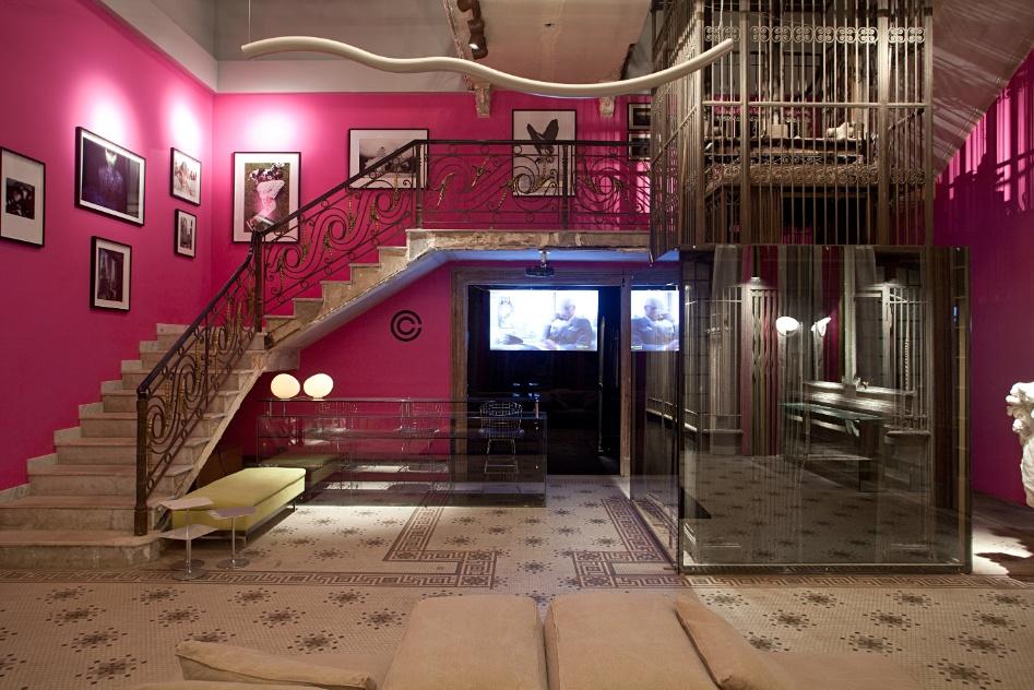 O mosaico original no piso da Recepção foi conservado pelo arquiteto Pedro Paranaguá. Espelhos e vidros foram incorporados ao ambiente com paredes de um rosa intenso. A Casa Cor RJ vai de 03 de outubro a 19 de novembro de 2012, no Rio de Janeiro