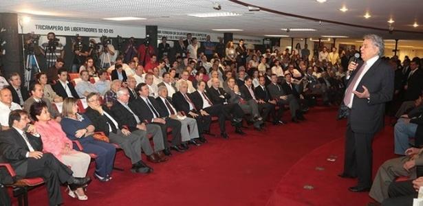 Presidente Juvenal Juvêncio discursa durante evento em que recebeu o alvará para as obras do Morumbi