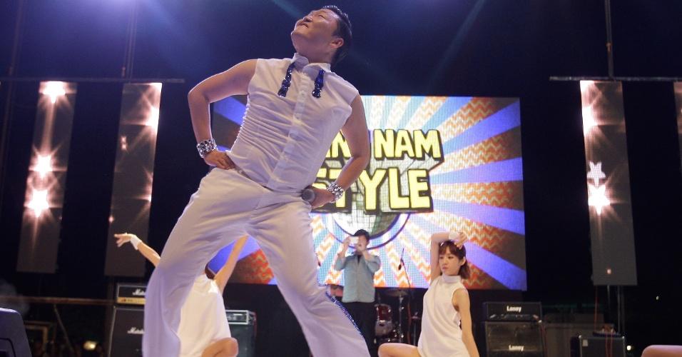 """Primeiro artista sul-coreano a alcançar o topo das paradas britânicas, o cantor Psy canta e dança """"Gangnam Style"""" em show na Coreia do Sul  (25/9/12)"""