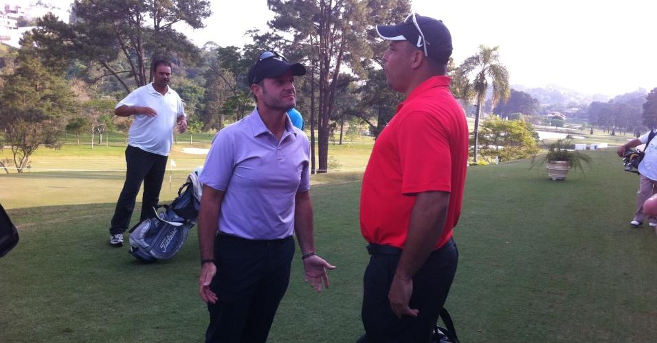 Ronaldo conversa com Rubens Barrichello durante torneio de golfe em São Paulo na última terça-feira