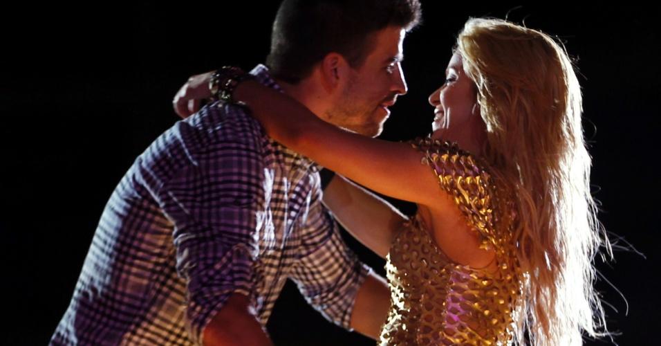Shakira abraça o namorado Gerard Pique durante show em Barcelona (29/5/11 )