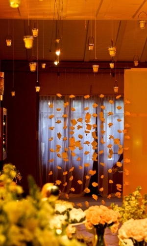 Varal de flores em que os convidados deixam recadinhos para os noivos em papéis presos com prendedores com detalhes de flores. Decoração feita pela arquiteta de festas Mara Perez (www.maraperez.com.br)