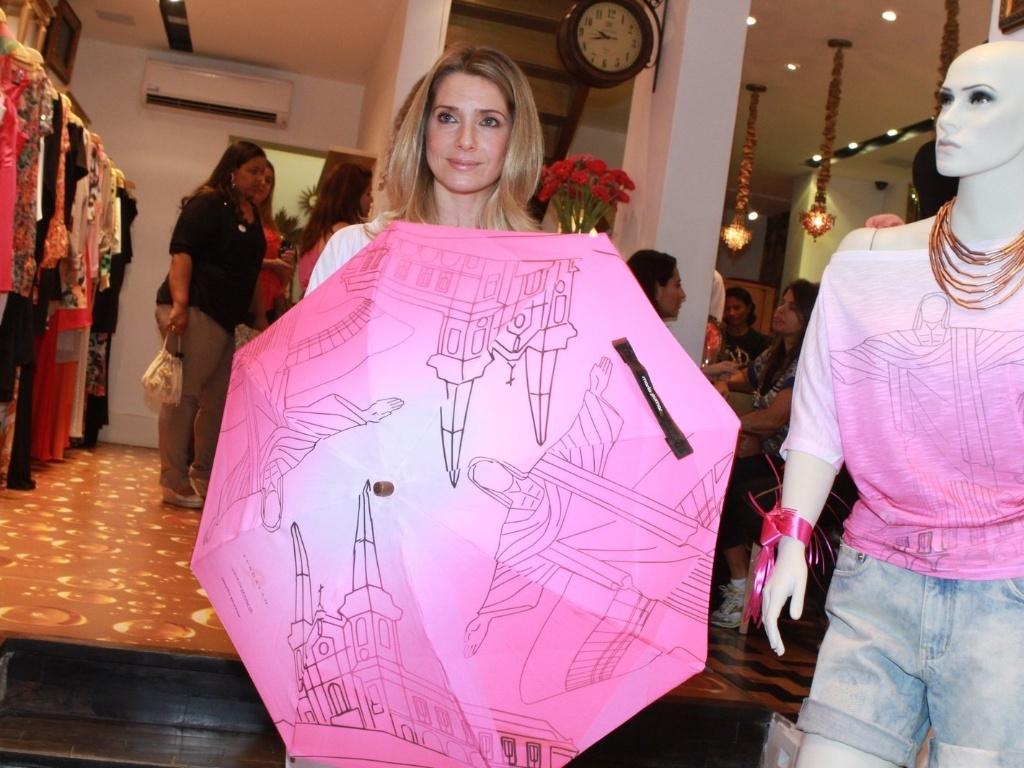 A atriz Letícia Spiller no coquetel de lançamento das camisetas Fundação Laço Rosa, no Rio de Janeiro (3/10/12)