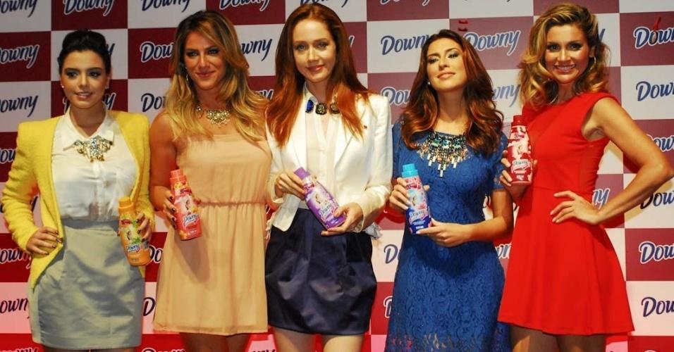 As atrizes Giovanna Lancellotti, Giovanna Ewbank, Camila Morgado, Fernanda Paes Leme e Flávia Alessandra se reúnem em desfile de lançamento de amaciante em São Paulo (3/10/12)