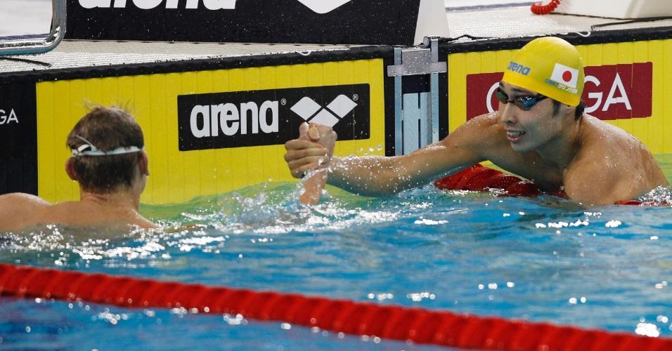 Japonês Kosuke Hagino ganha o cumprimento do polonês Radoslaw Kawecki após vencer os 200m costas em Dubai