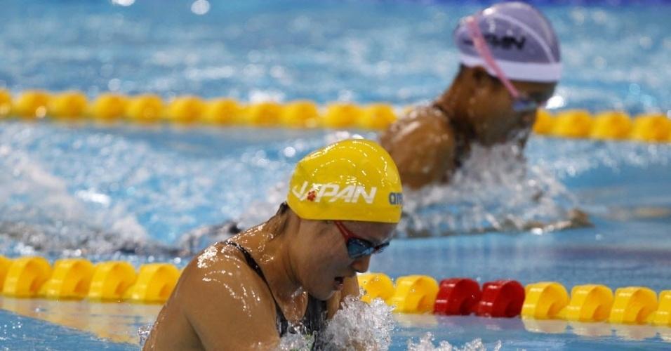 Japonesas Fumiko Kawanabe (de touca amarela) e Miku Kanasashi disputam cabeça-a-cabeça os 200m peito em Dubai