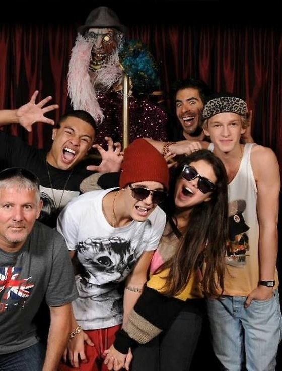 Justin Bieber (de gorro) e Selena Gomez gritam no Goretorium, uma casa mal assombrada que fica em Las Vegas (1/10/12)