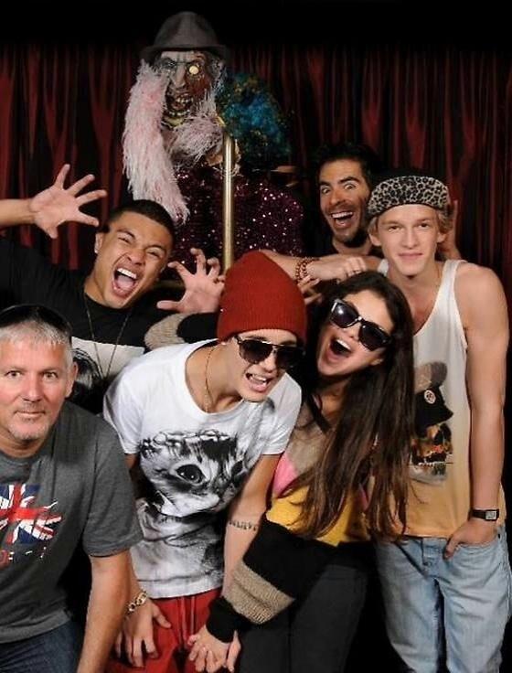 Justin Bieber (de gorro) e Selena Gomez gritam no Goretorium, uma casa mal assombrada que fica em Las Vegas (1/10/12)