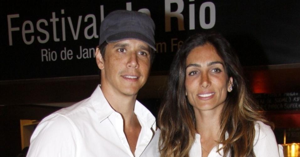 Márcio Garcia vai com a esposa na exibição do filme