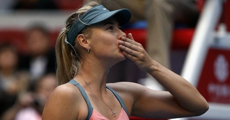 Maria Sharapova manda beijo para a torcida após vencer Sorana Cirstea no Torneio de Pequim por 2 a 0
