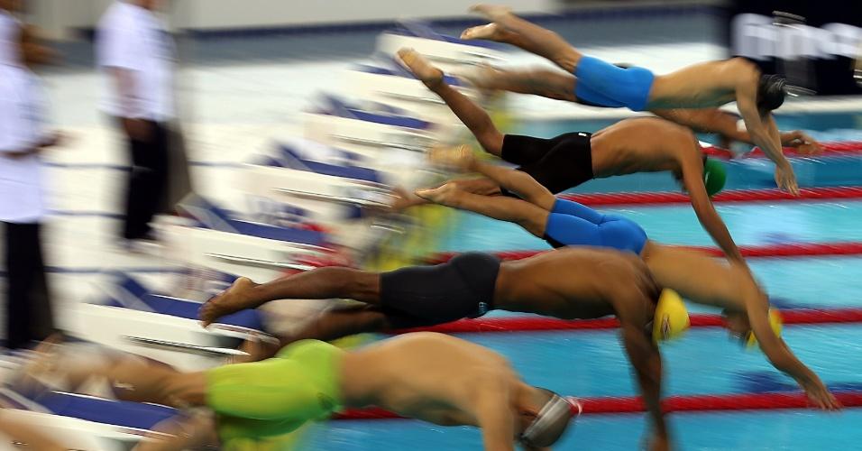 Nadadores largam para a prova dos 200m borboleta na Copa do Mundo de Dubai