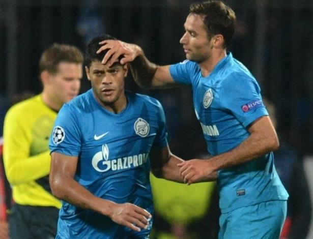 Shirokov (dir.) e Hulk comemoram gol marcado na partida do Zenit contra o Milan, pela Liga dos Campeões