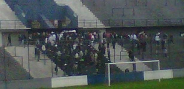 Torcida do Quilmes faz cortejo fúnebre com salva de tiros em pleno estádio