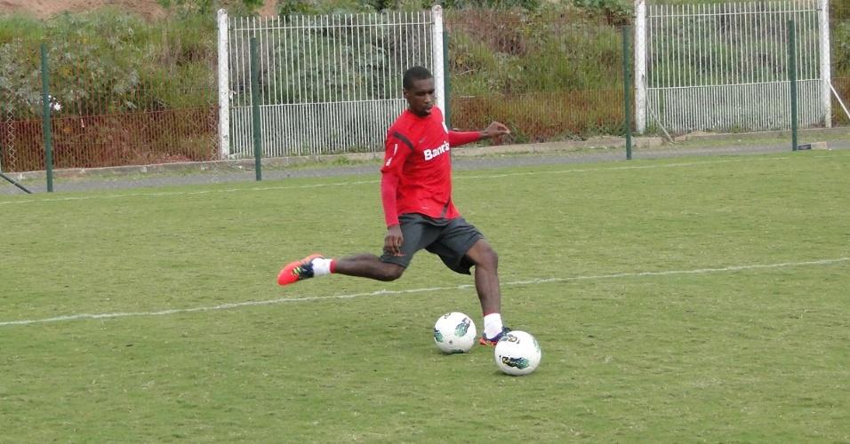Zagueiro Juan segue realizando trabalhos de retreinamento com a preparação física (03/10/2012)