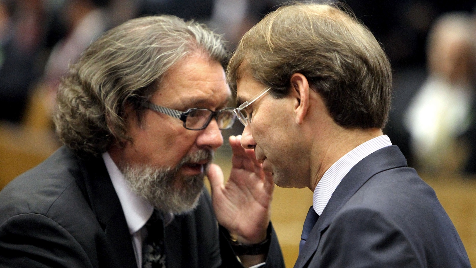 4.out.2012 - Advogados de Duda Mendona e Jos Dirceu, rus no processo de julgamento do mensalo, Antonio Carlos de Almeida Castro ( esquerda) e Jos Lus de Oliveira Lima conversam durante sesso