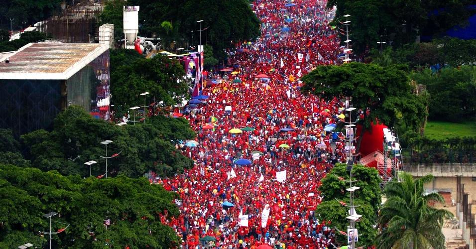 4.out.2012 - Multidão ocupa avenida de Caracas durante comício de encerramento de campanha de Hugo Chávez para a presidência da Venezuela