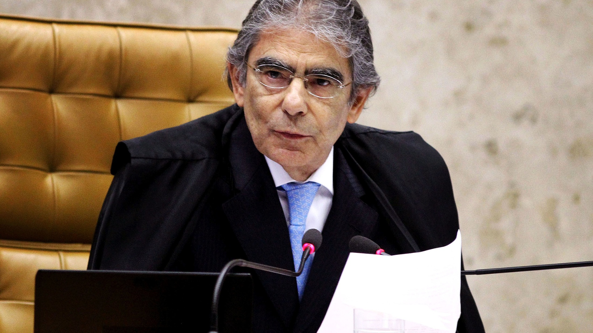 4.out.2012 - Presidente do STF, ministro Carlos Ayres Britto em sesso de julgamento do STF. Britto se aposentar compulsoriamente em 18 de novembro e o STF votar na quarta-feira (10) seu sucessor da presidncia do tribunal. Pelos critrios normalmente utilizados, Joaquim Barbosa  o favorito para o prximo mandato de dois anos