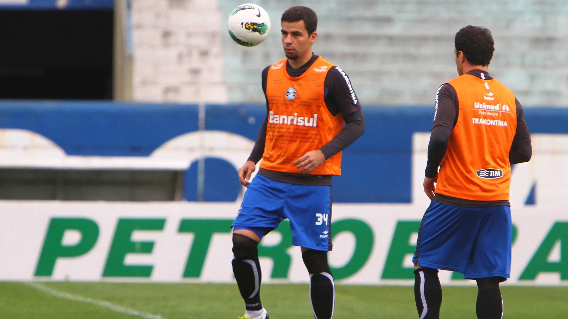 Atacantes Andr Lima e Kleber batem bola durante treino do Grmio (4/10/2012)