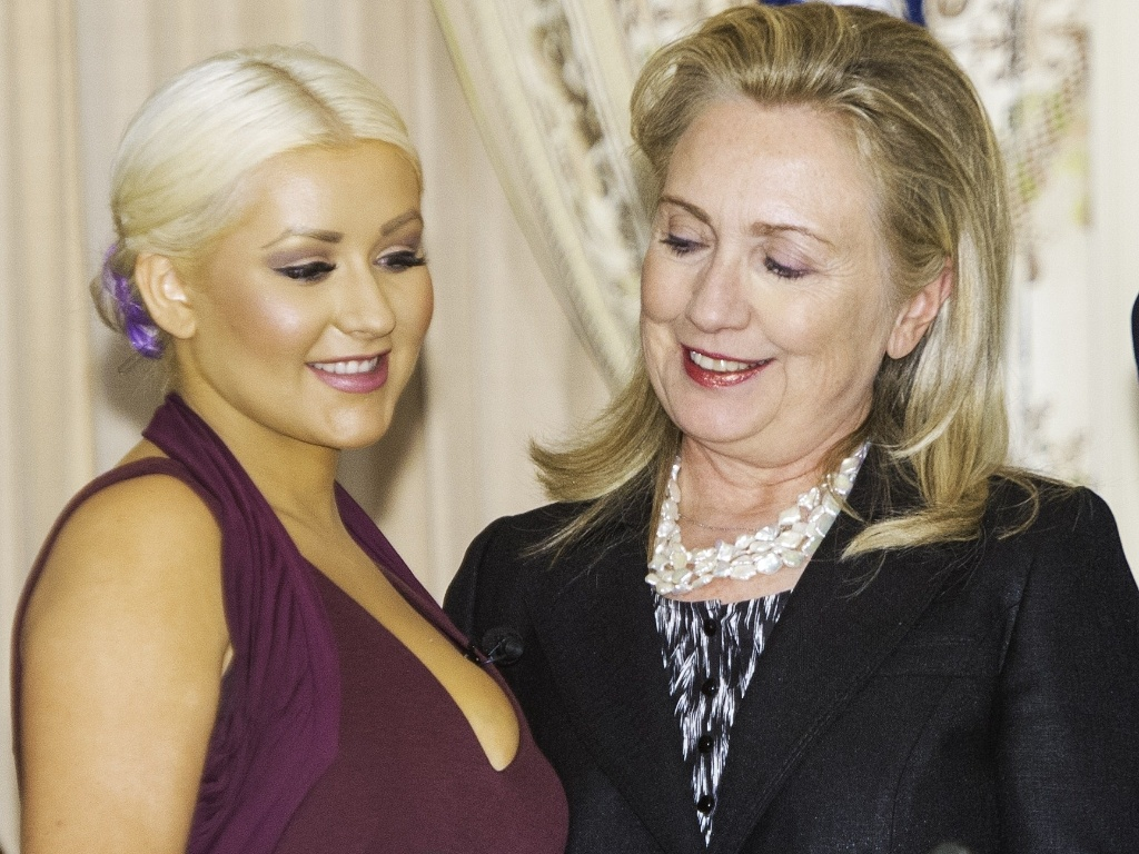 Hillary Clinton, Secretária de Estado dos EUA, espia decote da cantora Christina Aguilera, embaixadora do Programa Mundial de Alimentos da Organização das Nações Unidas, durante evento contra a fome mundial em Washington, Estados Unidos (3/10/12)