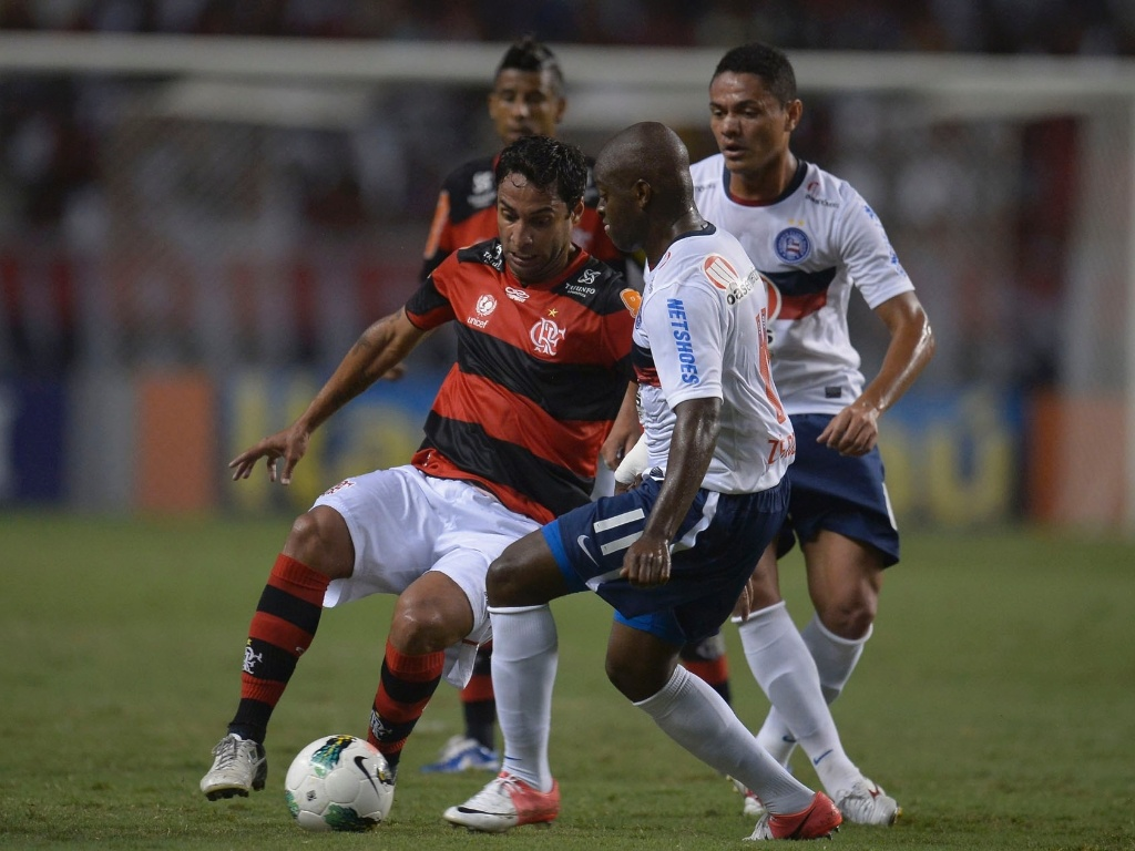 Ibson, do Flamengo, e Zé Roberto, do Bahia, disputam a posse da bola