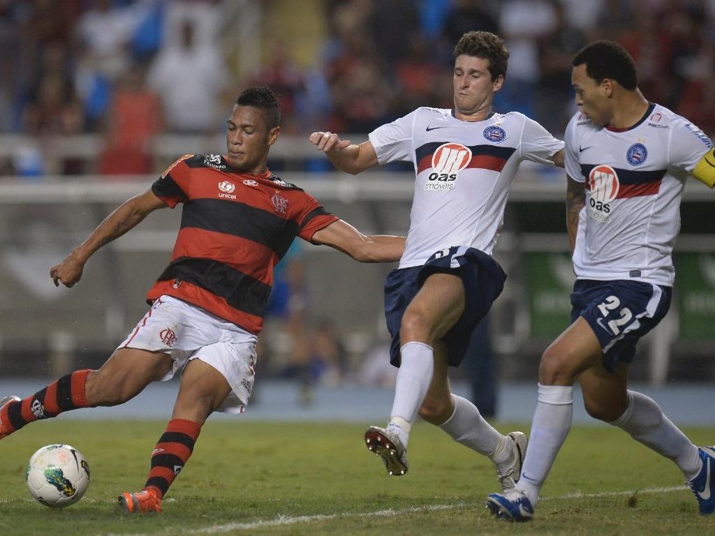 Jogadores do Bahia tentam impedir finalização do atacante Hernane, do Flamengo, em partida no Engenhão