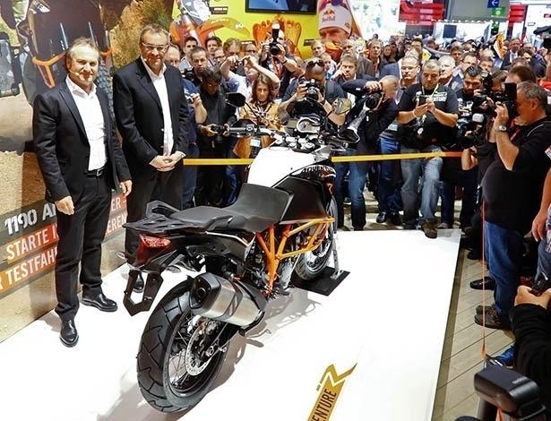 Hubert Trunkelpoz, diretor comercial da KTM, à esquerda, apresenta a nova 1190 Adventure no Salão de Colônia