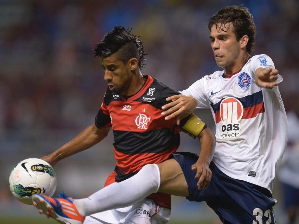 Léo Moura disputa a bola com Jussandro, do Bahia, durante confronto no Engenhão