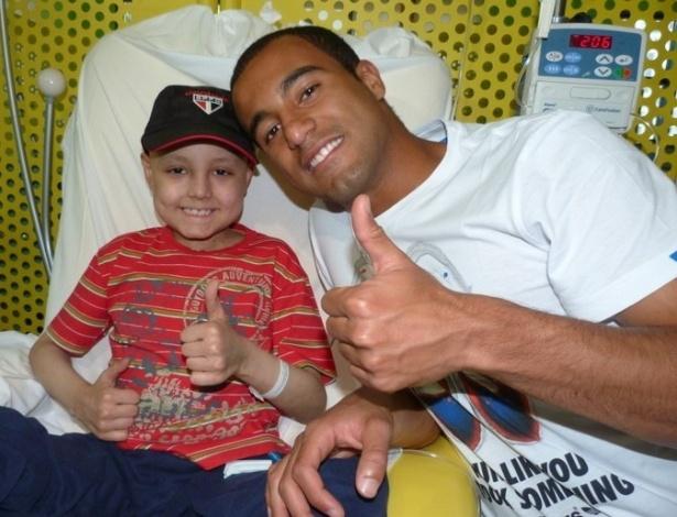 Lucas, jogador do São Paulo, durante visita ao Graacc