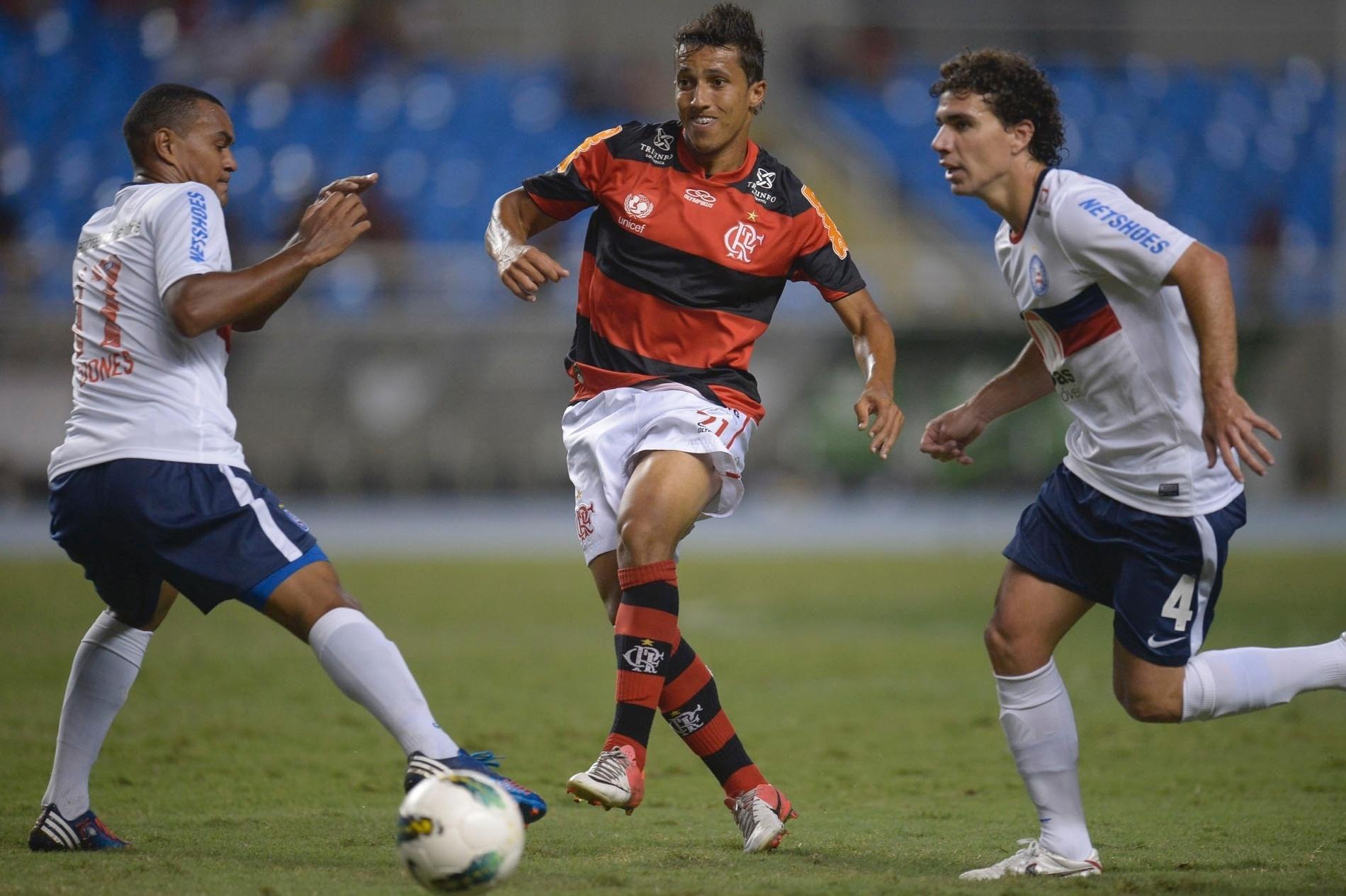 Magal, lateral esquerdo do Flamengo, passa a bola no meio de dois jogadores do Bahia, em duelo no Engenhão