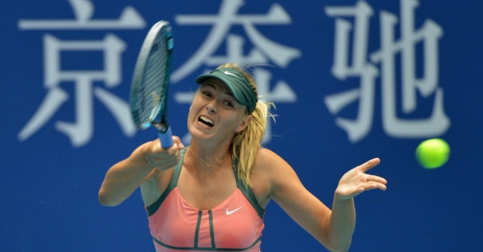 Maria Sharapova rebate durante vitria sobre Polona Hercog no Torneio de Pequim (04/10/2012)