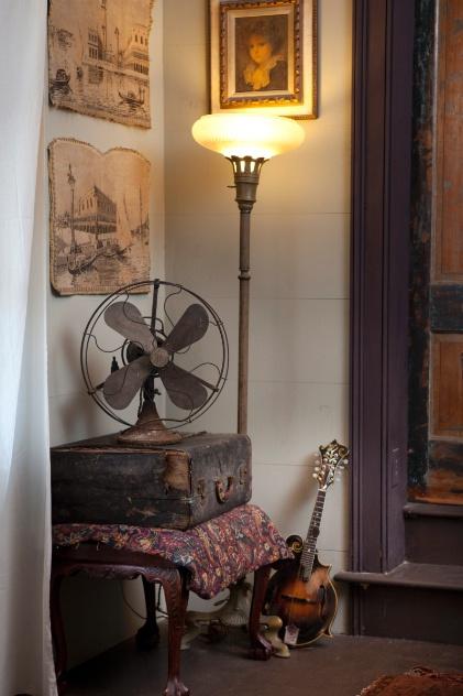 reid burgess encontrou os dois ventiladores antigos um deles na foto usados na decoracao de sua casa quando estava em turne com sua banda de bluegrass chamada king wilkie imagem 1349376736597 421x632 Ventilador, acessório pra lá de útil e moderno.