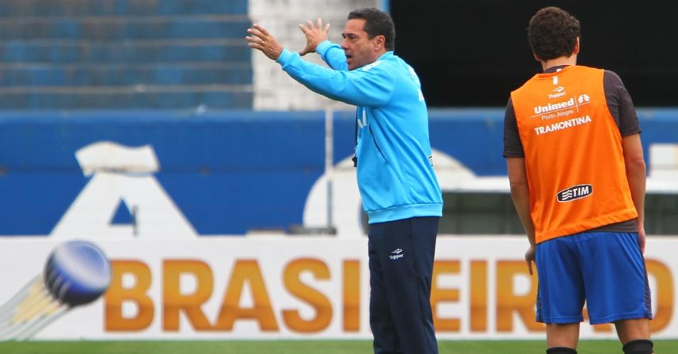 Técnico Vanderlei Luxemburgo organiza o time durante treino do Grêmio (4/10/2012)