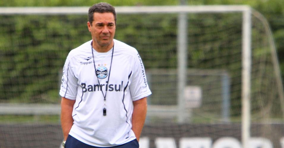 Técnico Vanderlei Luxemburgo pensativo durante treino do Grêmio (4/10/2012)