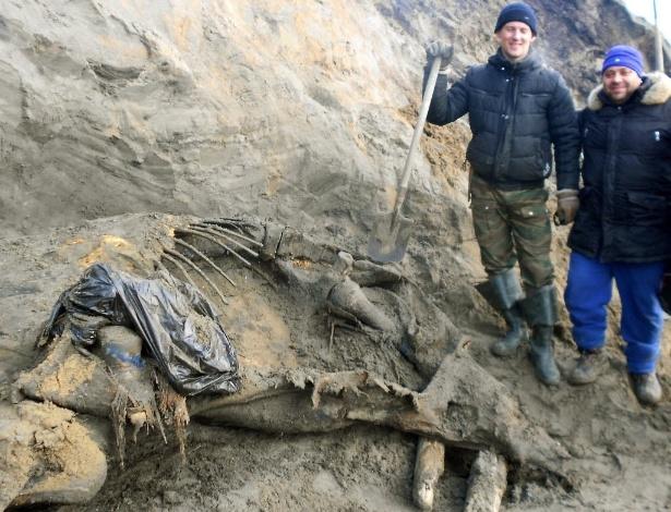 5.out.2012 - http://noticias.uol.com.br/ciencia/ultimas-noticias/redacao/2012/10/04/menino-de-11-anos-acha-carcaca-de-mamute-de-30-mil-anos-na-russia.htm