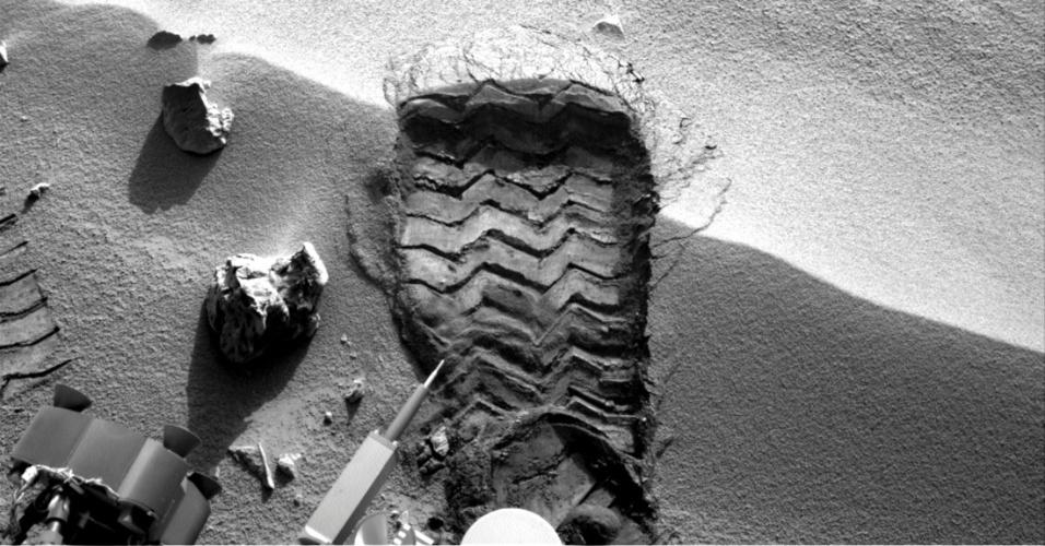 """5.out.2012 - A imagem obtida pelo robô Curiosity mostra a marca da roda no local chamado """"Rocknest"""". O local apresenta erosão causada pelo vento no solo rochoso e os pesquisadores têm boas chances de examinar a distribuição e o tamanho das partículas que formam as ondulações no solo"""