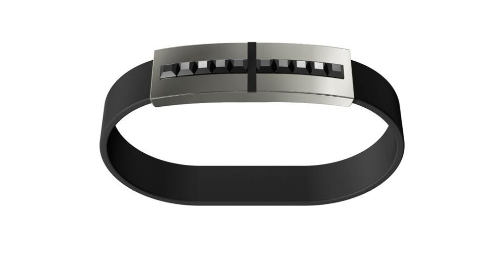 5.out.2012 - A Swarovski resolveu unir o útil ao agradável com esse bracelete de chamado ''Jet Hematite'': além de pulseira, ele serve para guardar arquivos no pendrive de 16 GB que traz embutido. Com cristais de hematita, acabamento em aço inoxidável e pulseira emborrachada, o bracelete é indicado para o público masculino e custa US$ 175 (R$ 355) na loja online da Swarovski