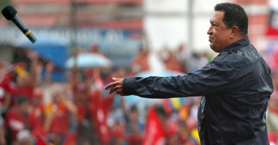 5.out.2012 - O presidente da Venezuela e candidato à reeleição, Hugo Chávez, atira um microfone após fazer um discurso de campanha em Caracas