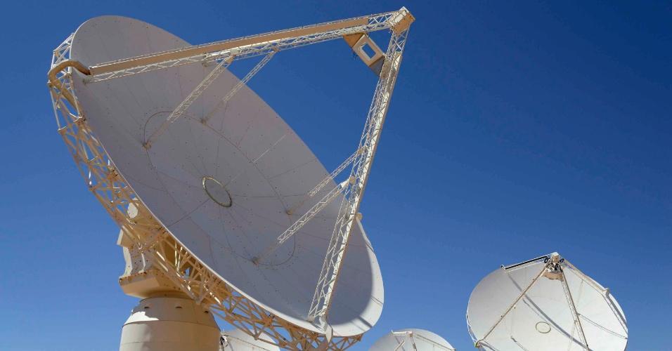 5.out.2012 - O radiotelescópio Australian Square Kilometre Array Pathfinder (Askap), o maior e mais avançado do planeta, foi inaugurado em uma área desértica da Austrália com o objetivo de investigar a origem das estrelas, quasares e pulsares, e fazer um censo de todas as galáxias. Com um custo de mais de 1,5 bilhão de euros, o Askap também contará com antenas e instalações na Nova Zelândia e África do Sul