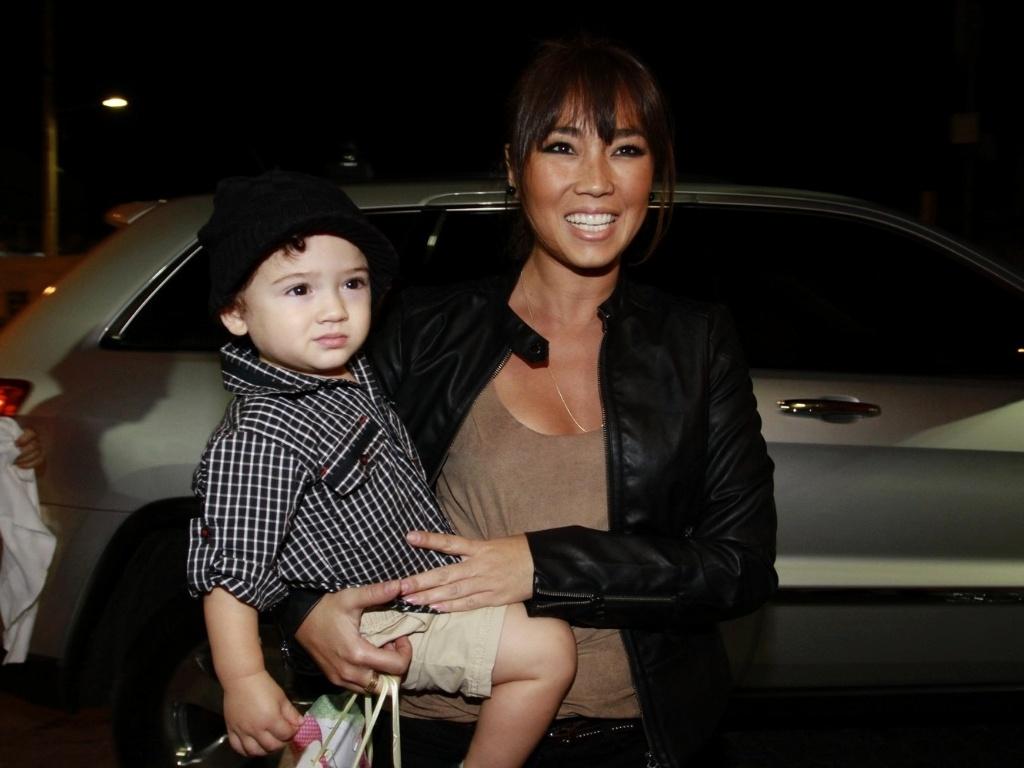 A atriz e apresentadora Daniele Suzuki levou o filho Kauai ao aniversário de dois anos de Olívia, filha de Flávia Alessandra e Otaviano Costa (5/1012)