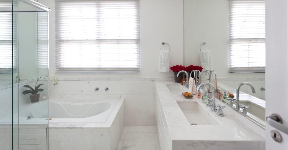 A troca de revestimento dos banheiros, providenciada por Maurício Karam para o projeto do Apartamento Vila Nova Conceição, implantou o mármore piguês branco (Pedra de Esquina) para pisos, bancadas e meias-paredes, até 80 cm de altura