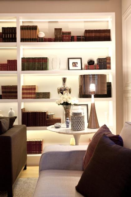 - alem-da-estante-iluminada-por-fitas-led-a-mesa-de-canto-saarinen-de-marmore-branco-city-design-da-apoio-oa-abajur-lustreco-que-atende-canto-de-leitura-do-apartamento-vila-nova-1349476454035_421x632