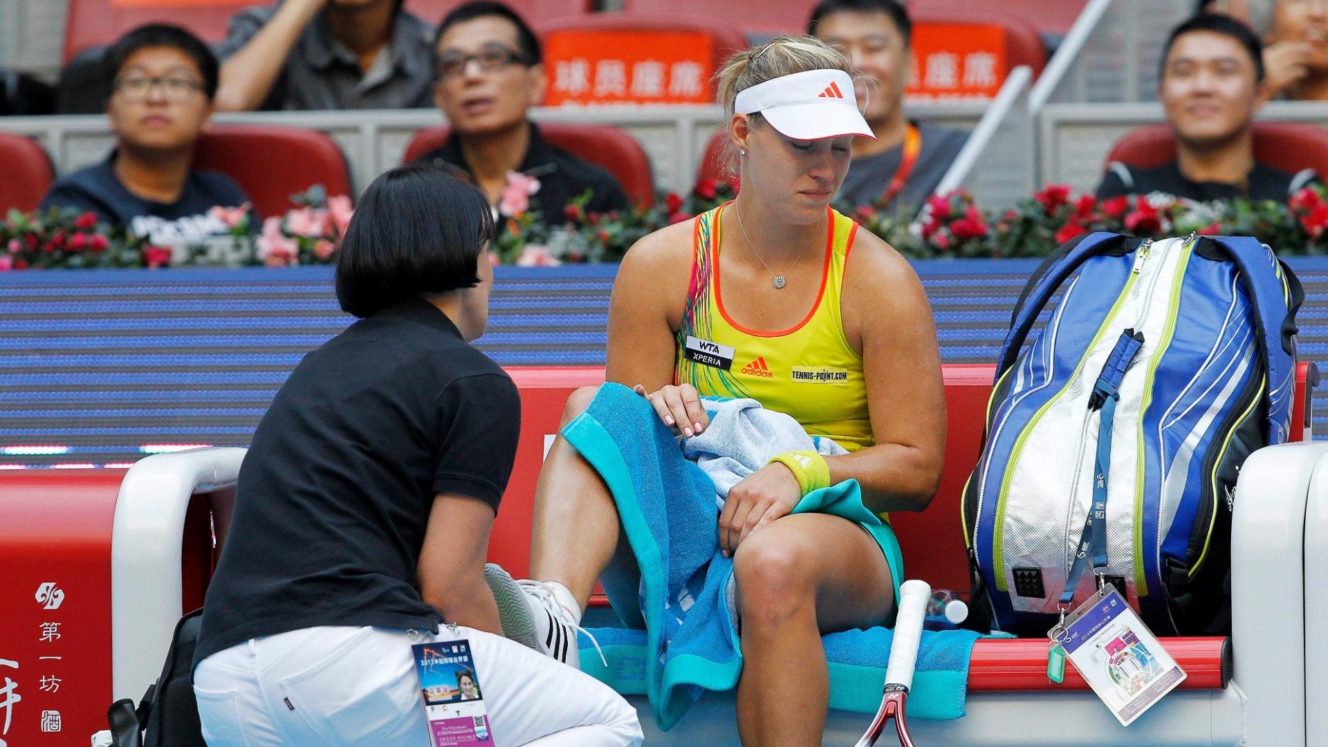 Alemã Angelique Kerber recebe atendimento médico na partida contra a russa Maria Sharapova. Kerber desistiu do jogo, e Sharapova avançou à semifinal do Torneio de Pequim (05/10/2012)