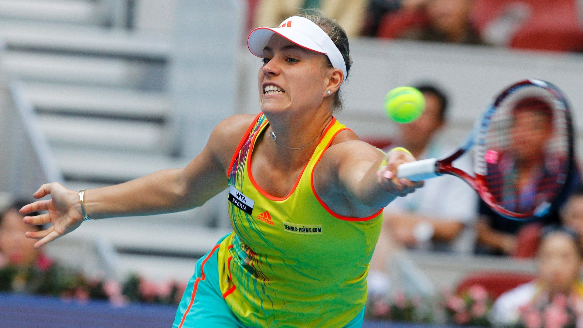 Alem Angelique Kerber se estica para alcanar a bola em lance da partida contra a russa Maria Sharapova nas quartas de final do Torneio de Pequim (05/10/2012)