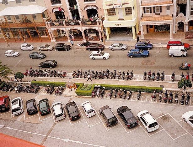Carros e motocicletas estacionados em vagas apropriadas numa rua... das Bermudas, no Caribe