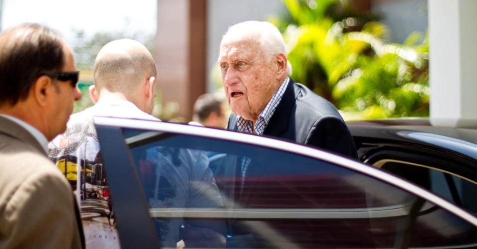 João Havelange recebe auxílio para sair de seu carro na sede do COB, no Rio de Janeiro, onde foi para apoiar Carlos Arthur Nuzman