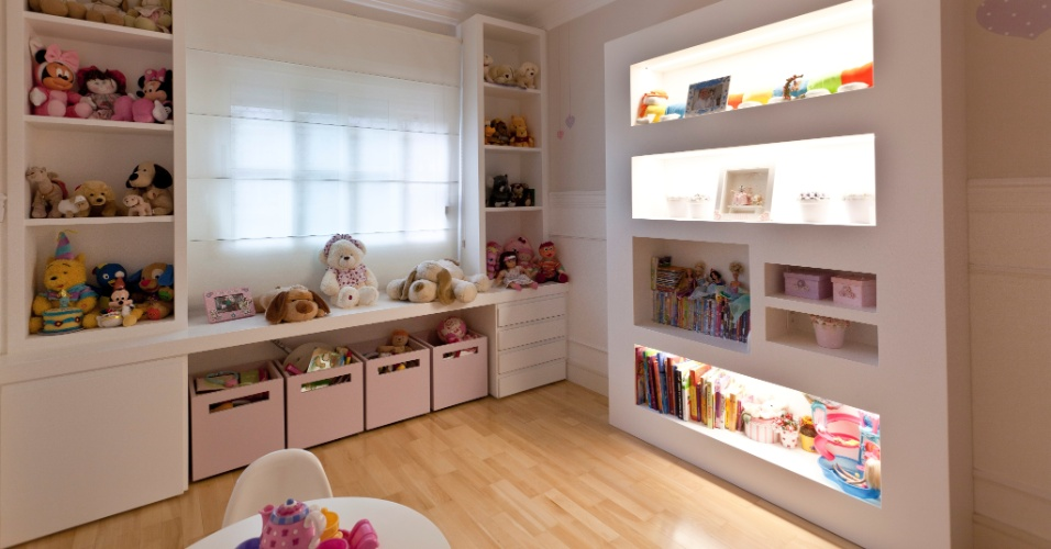 O projeto de interiores do Apartamento Vila Nova Conceição, assinado por Maurício Karam, previu - para o quarto de criança - uma estante de livros formando nichos iluminados com lâmpadas fluorescentes embutidas nas cavas superiores internas. A força da luz não é à toa: a biblioteca serve como um grande abajur para o ambiente