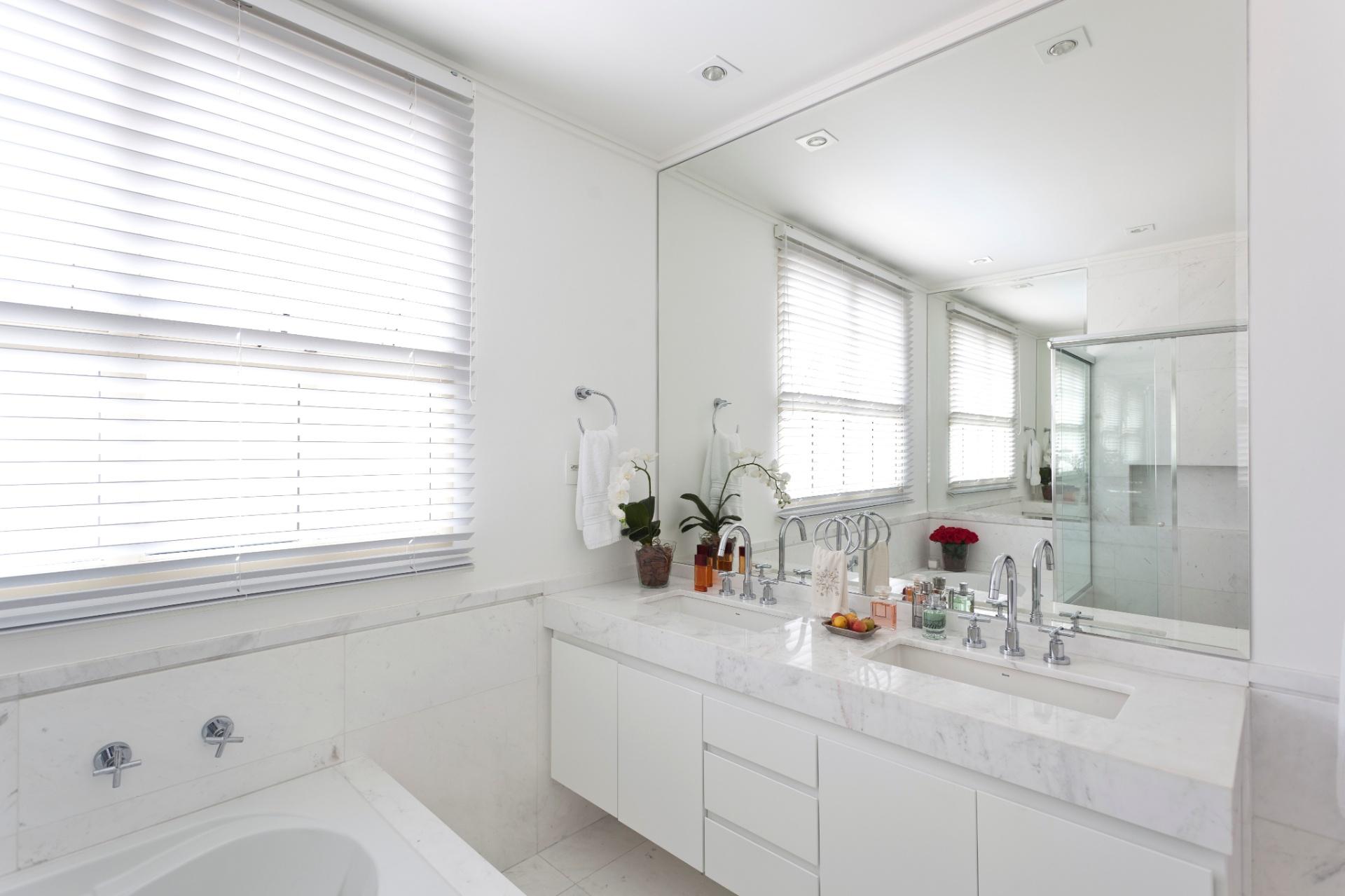 Casa Cor MG 2013: Cores claras detalhes artesanais e iluminação  #6E3328 1920x1279 Bancada Banheiro Duas Cubas